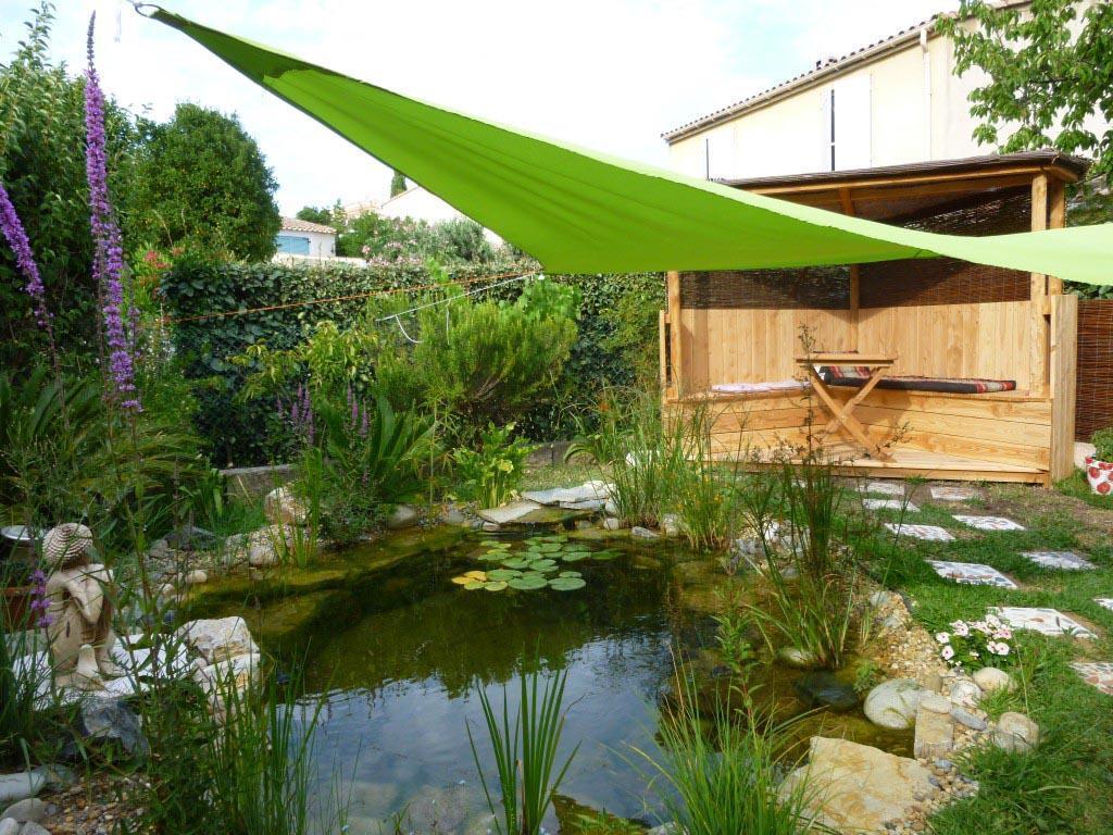 petit bassin poissons cogolin dans un petit bout de jardin. Black Bedroom Furniture Sets. Home Design Ideas