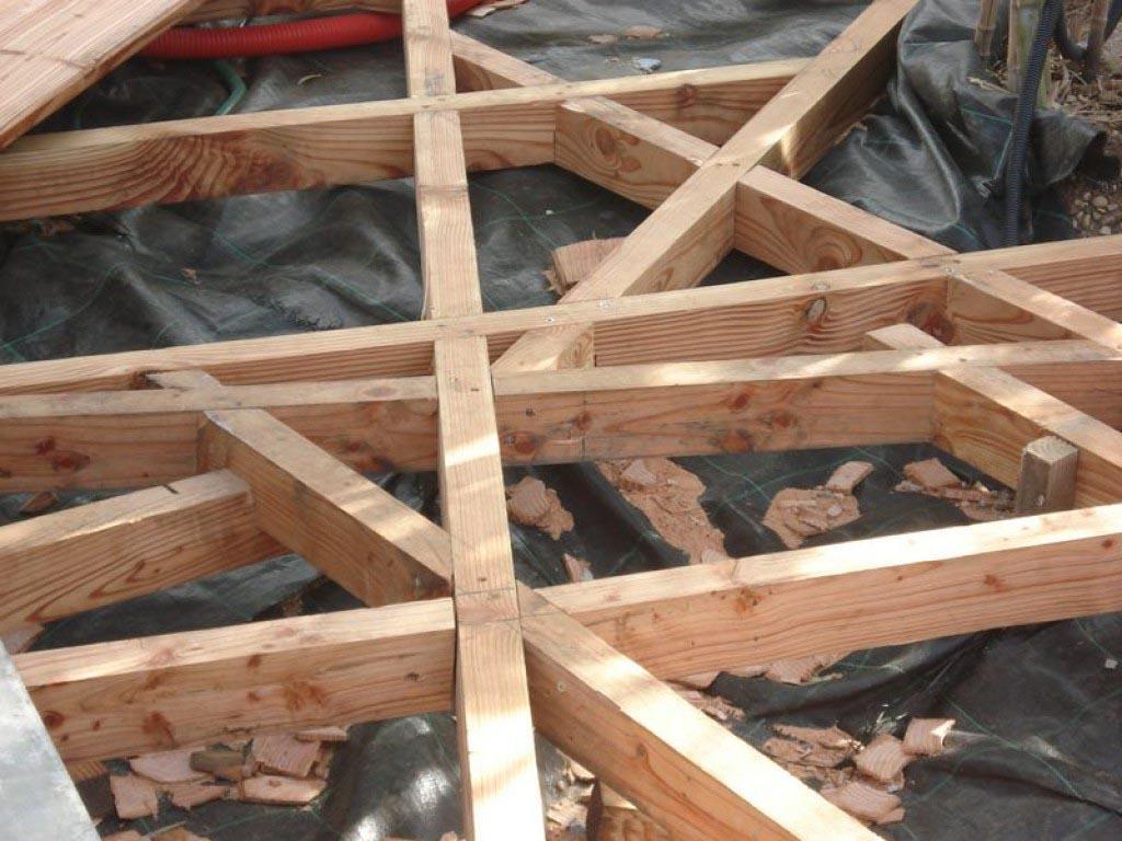 Construction d 39 une terrasse en bois de pin et une piscine for Construction piscine en bois